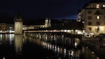 Die Kapellbrücke in Luzern für einmal ohne Beleuchtung
