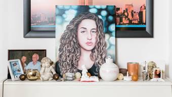 Die Geschichte von Céline ging um die Welt. Ein Künstler aus Sibirien erfuhr davon und widmete der Verstorbenen ein Porträt, das er den Eltern schickte. Es steht in ihrem Wohnzimmer.