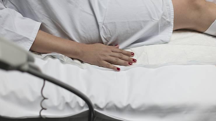 Ein Notfall-Kaiserschnitt ist ein belastendes Erlebnis. Das Spiel Tetris könnte Frauen nach der Operation ablenken und mildert posttraumatische Symptome. (Symbolbild)