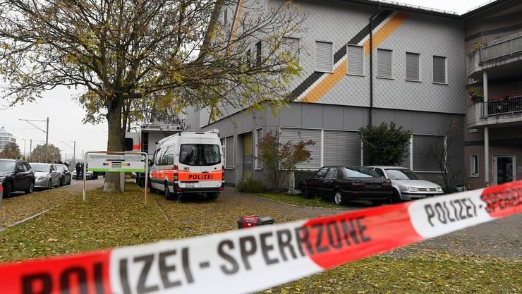 Die beiden Winterthurer Verdächtigen sollen in der ehemaligen Winterthurer An-Nur-Moschee ein und aus gegangen sein. Hier ein Bild einer Polizei-Razzia am Mittwoch, 2. November 2016.