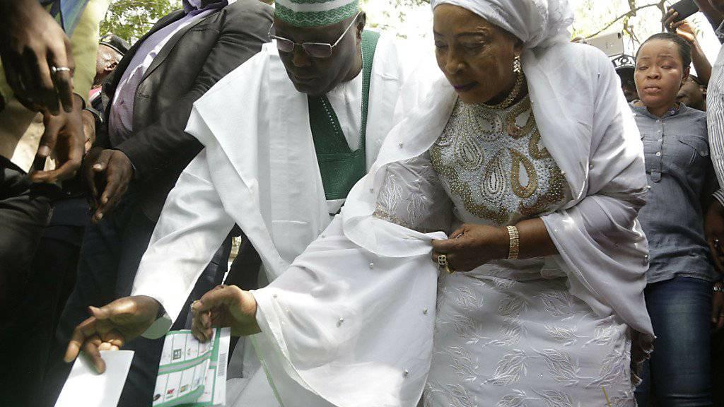 Der ehemalige Vize-Präsident und wichtigste Oppositionskandidat bei der Präsidentenwahl in Nigeria, Atiku Abubakar, bei der Stimmabgabe.
