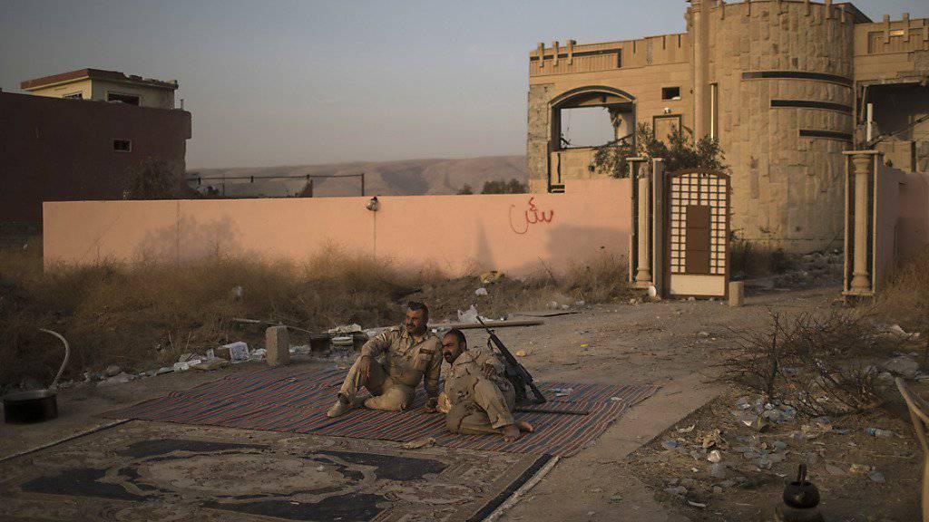 Peschmerga-Kämpfer nach der Einnahme einer Ortschaft östlich von Mossul von der Terrormiliz Islamischer Staat: Kurdischen Truppen wird die gezielte Zerstörung arabischer Häuser im Irak vorgeworfen. (Symbolbild)