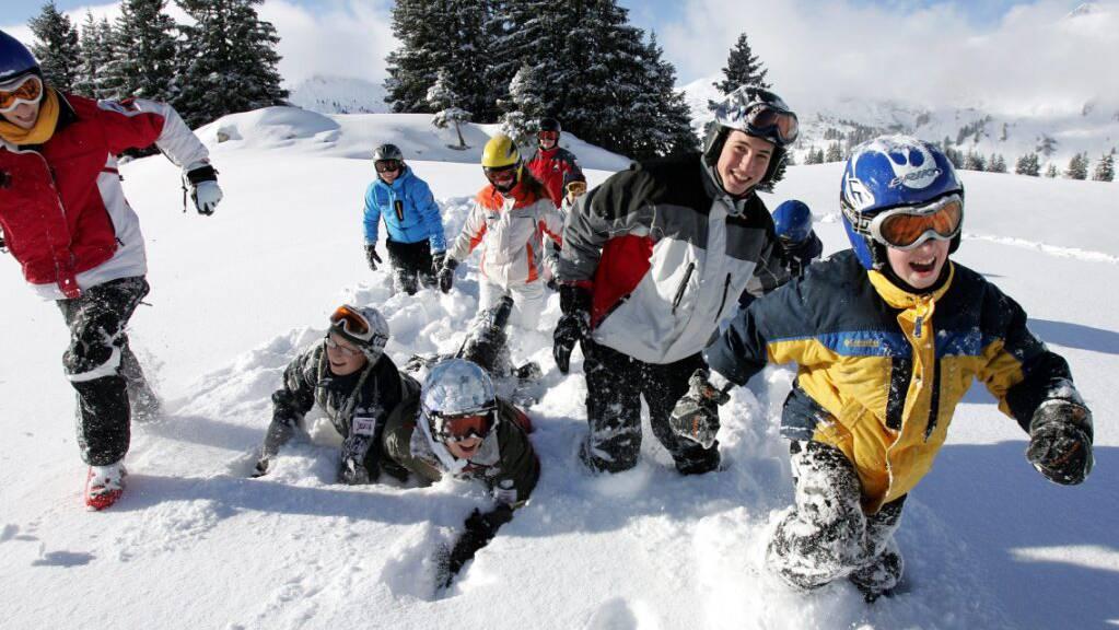 Wegen der Corona-Krise ist in der Schweiz bereits ein Grossteil der jährlichen Skilager abgesagt worden. Die Organisatoren arbeiten an einem Alternativangebot. (Archivbild)