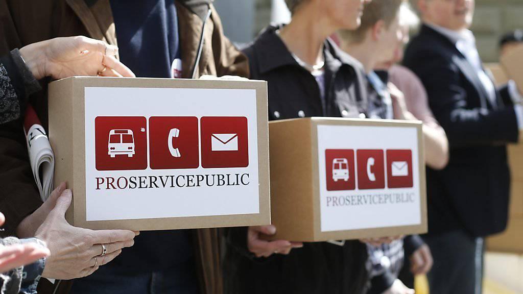 Das Volksbegehren «Pro Service public» erhält im Parlament keine Unterstützung. Im Bild die Initianten bei der Einreichung der Unterschriften (Archivbild).