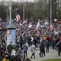 Demonstranten nehmen mit historischen belarussischen Fahnen an einer Kundgebung der belarussischen Opposition am 1. November teil. Foto: Uncredited/AP/dpa