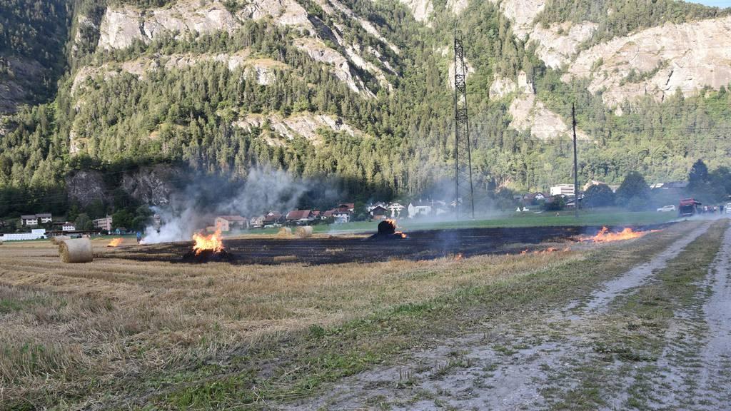 Wegen überhitzter Maschine: Strohballen und Ackerland in Brand