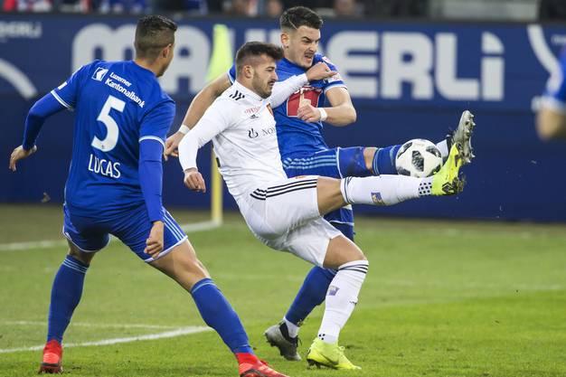 Ajeti im Zweikampf mit Alves und Knezevic.