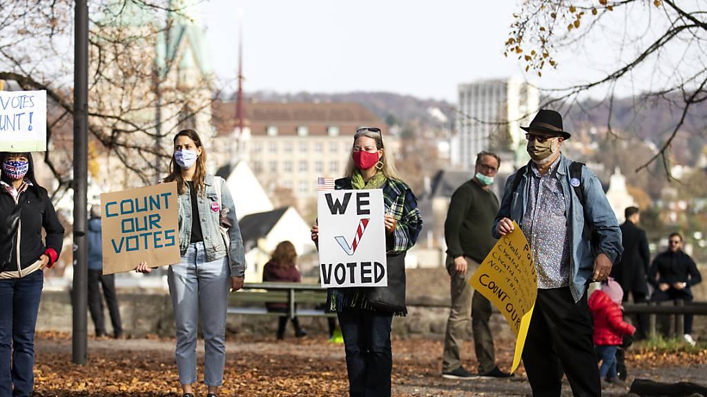 Auf dem Lindenhof in Zürich fordern Auslandamerikaner der Democrats Abroad am Samstag eine vollständige Stimmenauszählung.