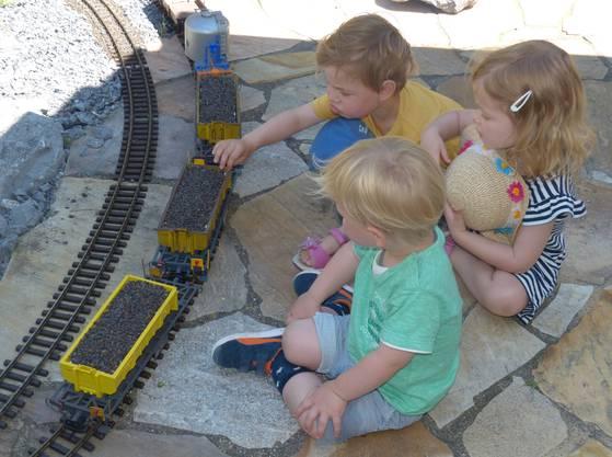Die Kinder waren ganz fasziniert von den Gartenbahnen.