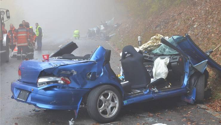 Ein Bild der Zerstörung: der blaue Subaru Impreza des Unfallverursachers, hinten im Nebel ist knapp zu erkennen, was vom korrekt entgegenkommenden Nissan Almera übrig blieb. Bruno Kissling