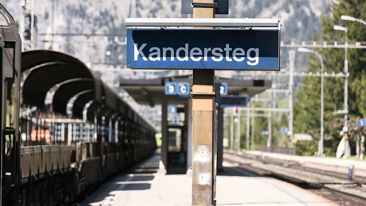 Am Lötschberg müssen die Züge wieder über die Bergstrecke fahren - also via Kandersteg. (Archivbild)