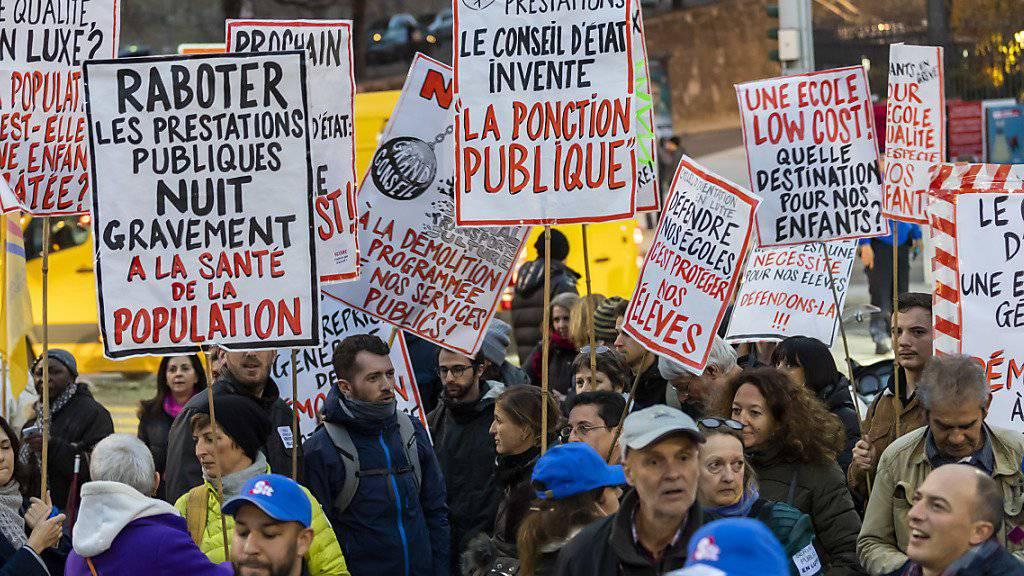 Rund 900 Menschen protestierten in Genf gegen die Sparmassnahmen.