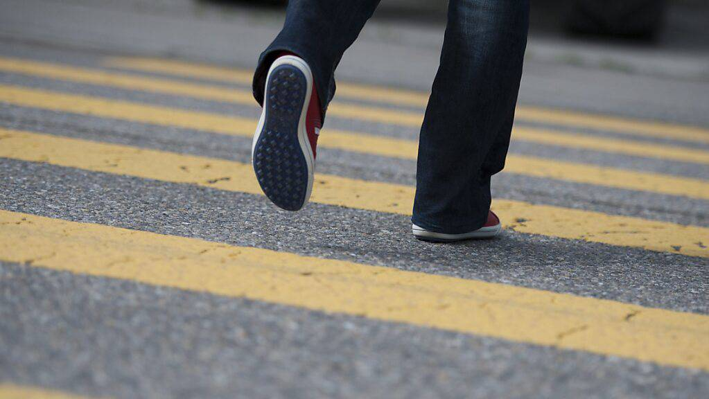 Ein Schulbub ist in Ennetbürgen NW auf einem Fussgängerstreifen von einem Töffli angefahren worden. (Symbolbild)