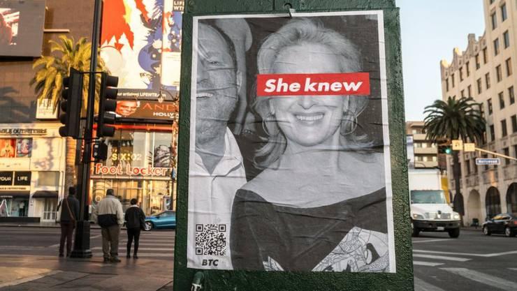 In Los Angeles führt ein Unbekannter eine Plakatkampagne gegen Meryl Streep. Sie soll von Harvey Weinsteins sexuellen Übergriffen gewusst haben. (Twitter)