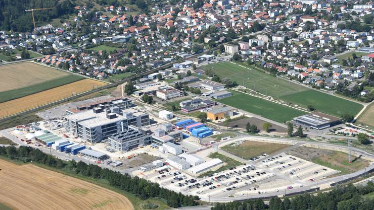 Aktuelle Luftaufnahme der Baustelle des CSL-Werkes in Lengnau, das 2021 fertiggestellt sein soll. Die Baukosten betragen über 1 Milliarde Franken.