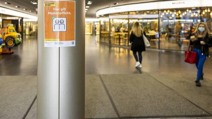 Dieses Plakat zeigt an: Im Badener Metroshop gilt Maskenpflicht.