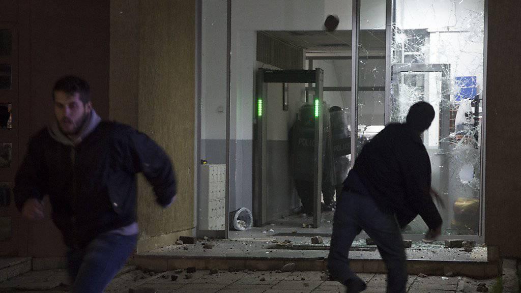 Polizeiwache unter Beschuss: Oppositionsanhänger im Kosovo wehren sich gegen Vernehmung von Politiker