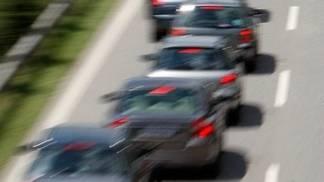 Plötzlich bremst der Autofahrer stark ab (Symbolbild)