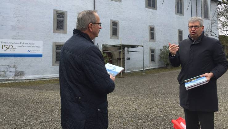 Hypi-Präsident Gerhard Hanhart (l.) und Stiftungspräsident Daniel Mosimann, vor dem Gerüst mit der Fassenden-Blache.
