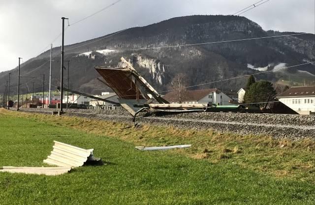 Ein abgedecktes Schopfdach liegt zwischen Oensingen und Oberbuchsiten auf den SBB-Schienen.