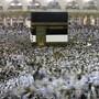 Pilger umringen die Kaaba in der Heiligen Stadt Mekka. Bild: Amr Nabil/AP (Mekka, 7. August 2019)