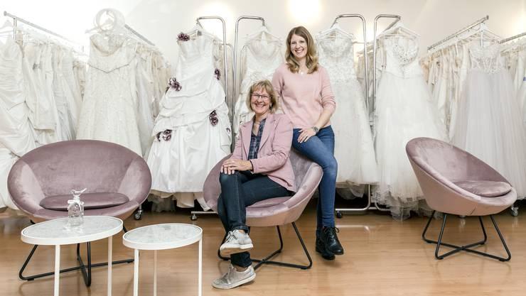 Das Mutter-Tochter-Duo Daniela Brogli (links) und Carole Lenherr hat sich mit dem Atelier 115 Brautkleider in Bremgarten einen Traum erfüllt.