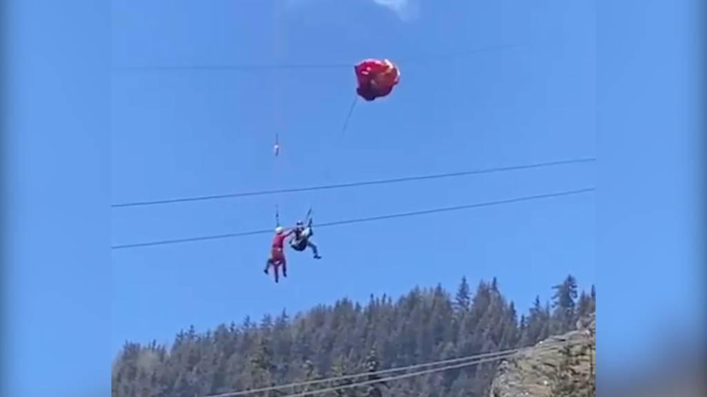 Heikle Rettung für die Air Zermatt: Gleitschirmpilot aus Hochspannungsleitung befreit