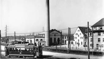 Die Birseckbahn beim Kohlekraftwerk der Elektra Birseck in Münchenstein. Bis heute versorgt die EBM Strassenbahnen mit Strom, neuerdings auch die Trams der BVB im Elsass. Sammlung Schweyckart/«Wie Baselland Strom bekam» (Bild.geschichten.bl, Band 9)
