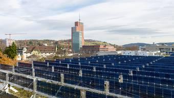 Senkrechte Solaranlagen liefern vergleichbare spezifische Energieerträge wie herkömmliche.