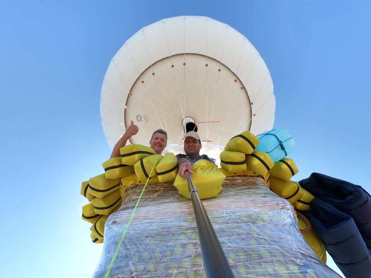 Kurt Frieden (l.) und Pascal Wittprächtiger (r.) sind seit Freitag mit dem Gasballon unterwegs. (© zVg)
