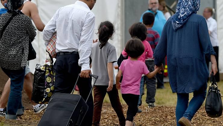 ARCHIV - Flüchtlinge kommen in die damals neu geschaffene Erstaufnahmeeinrichtung. Bundeskanzlerin Merkel (CDU) und Innenminister Seehofer (CSU) haben sich darauf verständigt, zusätzlich rund 1500 weitere Migranten von den griechischen Inseln aufzunehmen. Foto: Carsten Rehder/dpa