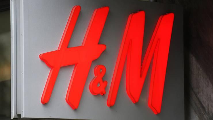 Der Traumsommer lässt die Gewinne von H&M schmelzen. (Archiv)