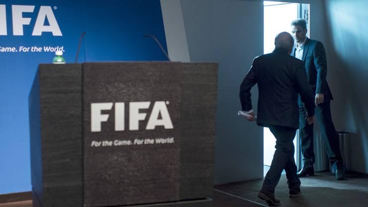 Sepp Blatter verlässt das Rednerpult, nachdem er seinen Rücktritt bekannt gegeben hat.