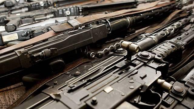 Sturmgewehre 57 liegen auf dem Tisch der Waffenwerkstatt im Zeughaus Basel (Symbolbild, Archiv)