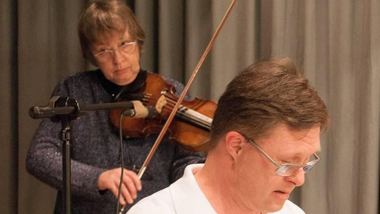 ... mit Geige und Bogen ihrer Band Noi insieme musikalisch unter die Arme zu greifen.