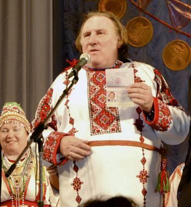 Hier zeigt Depardieu seinen seinen russischen Pass.