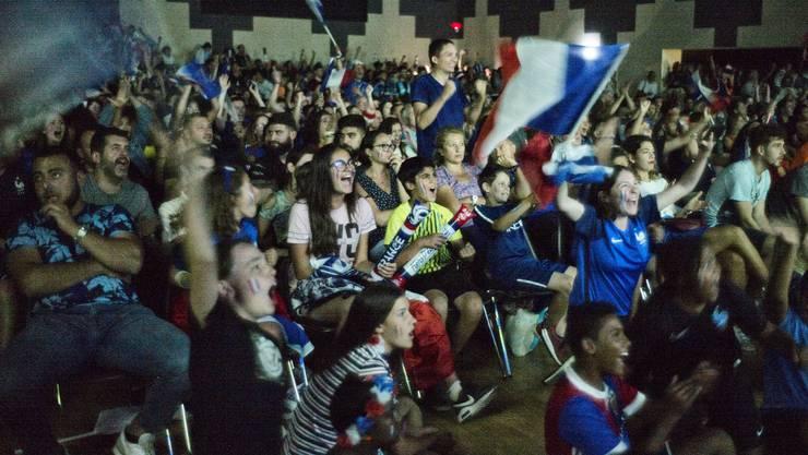 In der ersten Halbzeit fokussiert, in der zweiten ausgelassen: die Fans im Forum in Saint-Louis.