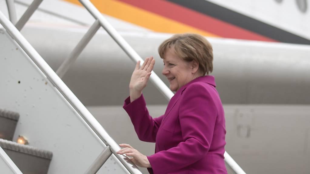 Bundeskanzlerin Angela Merkel (CDU) steigt in den Airbus A340 «Theodor Heuss» der Flugbereitschaft der Luftwaffe der Bundeswehr.
