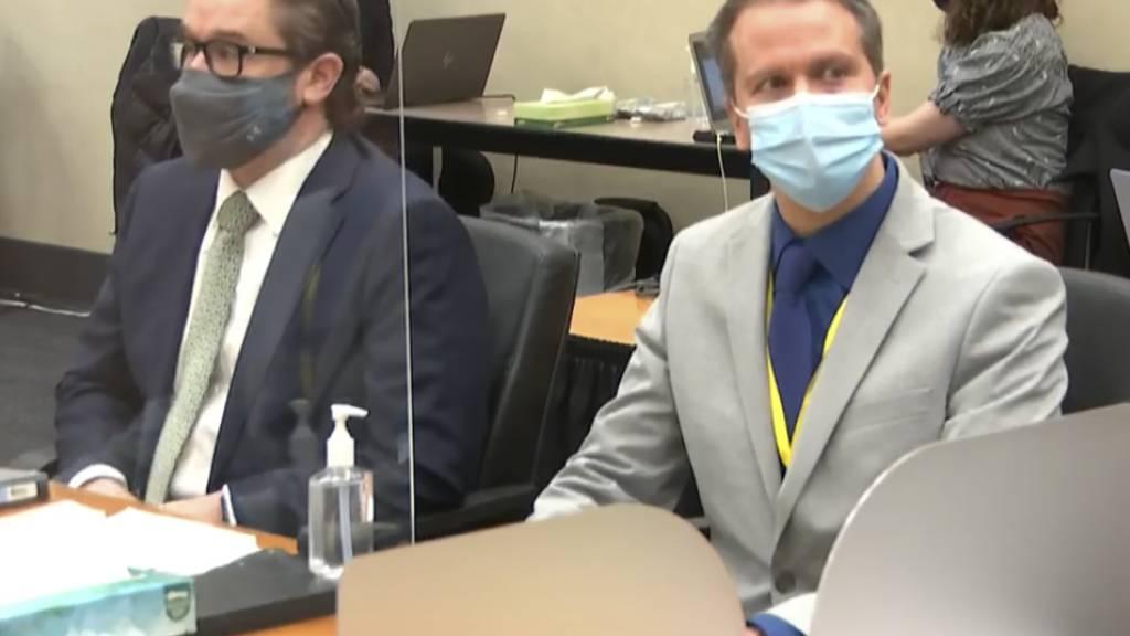 ARCHIV - Der Angeklagte Derek Chauvin (r) und dessen Verteidiger Eric Nelson während des Prozess in Minneapolis gegen den weißen Ex-Polizisten wegen der Tötung des Schwarzen George Floyd. Foto: Uncredited/Pool Court TV/AP/dpa