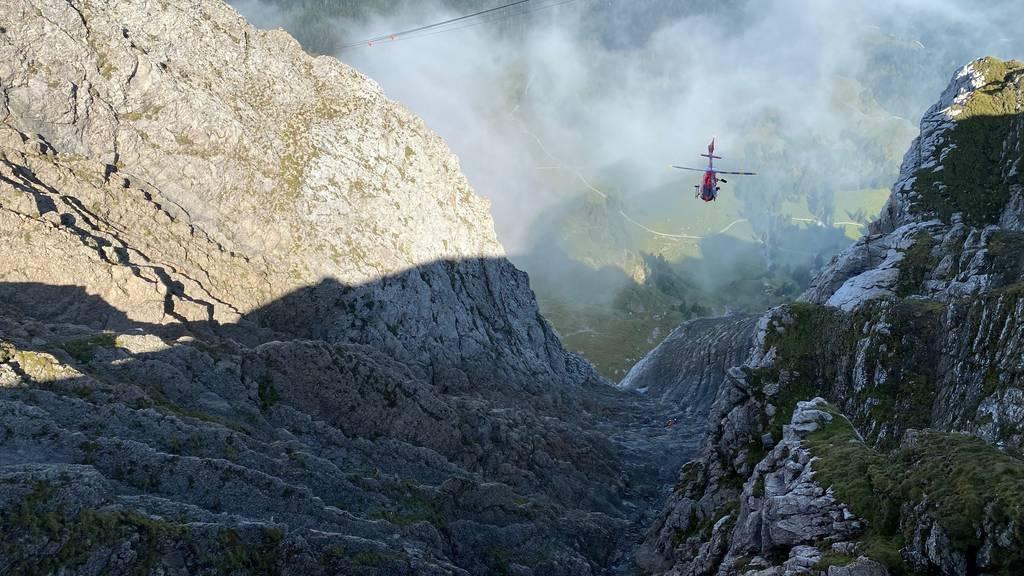 Tourist will Gegenstand bergen und stürzt dabei in den Tod