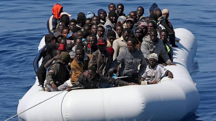 Eddy Schambron Weil für ihn ein Leben in Afghanistan ohne Perspektive war und mit den Taliban jede Sicherheit verloren ging, entschloss sich der damals 21-jährige Mann, der sich als Teppichhändler und mit Arbeit in einer Schneiderei durchs Leben brachte, das Land zu verlassen, «egal wohin». Mithilfe von Schleppern gelangte Karizada in den Iran und die Türkei. In Istanbul versprach ihm ein weiterer Schlepper, ihn mit einem sicheren Schiff nach Griechenland zu bringen. «Wir waren 26 Personen, die auf diesem Schlauchboot Platz finden sollten. Es war fünf Meter lang und 1,5 Meter breit, also sehr ungeeignet für den Transport von so vielen Leuten.» Er empfand diese Situation als sehr gefährlich, da er nicht schwimmen kann. «Schwimmwesten gab es keine.» In Griechenland meldete sich der Flüchtling bei den Behörden und nahm als Taglöhner Arbeit auf Baustellen und für Zügelfirmen an. Schliesslich gelang es ihm zusammen mit einem anderen Flüchtling, sich auf einem mit Wassermelonen beladenen Lastwagen zu verstecken, der in Patras auf die Fähre fuhr. «Die Wassermelonen waren ein Glück, denn unterwegs konnten wir uns von ihnen ernähren.» In Italien angekommen, vermittelte der griechische Schlepper einen Schlepper-Kollegen in Italien, der den Flüchtling schliesslich in die Schweiz, nach Basel, schleuste. In der Schweiz «In Basel, im Empfangszentrum, musste ich Formulare ausfüllen», erinnert sich Karizada. Nach ein paar Tagen wurde er nach Altstätten verlegt, eine Woche später in den Kanton Aargau. In Aarau blieb der Flüchtling 40 Tage, dann musste er erneut umziehen, in die Gemeinde Villmergen. «Ein Jahr lang blieb ich in Villmergen, ohne dass ich einen Sprachkurs besuchen oder arbeiten konnte. Es blieb mir nicht viel anderes übrig, als zu warten.» Schliesslich erhielt er vom kantonalen Sozialdienst die Möglichkeit, einen Deutschkurs zu besuchen. «Ich lernte viel und war froh, dass ich nun Kontakt mit anderen Leuten aufnehmen konnte.» 2010 machte ihn die Caritas auf die Möglichk