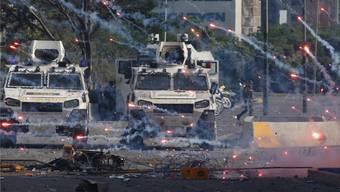 Nachbarschaftshilfe in Südamerika: Panzerfahrzeuge der bolivianischen Nationalgarde gehen in Venezuela gegen Oppositionelle vor.Ariana Cubillos/AP/Keystone