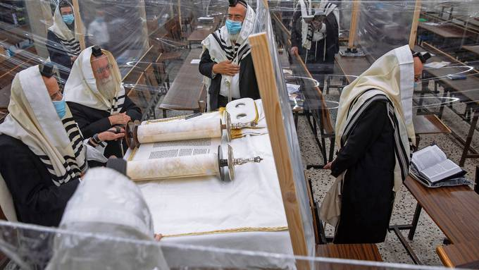 Morgengebet mit Maske: In Israel steigen die Coronafälle.