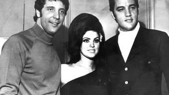 Tom Jones, Priscilla Presley und Elvis Presley ungefähr 1967. 50 Jahre später haben Jones und Priscilla ihre alte Freundschaft wieder aufgewärmt. Eine Liebesbeziehung sei es aber nicht, betont Jones. (Archivbild)