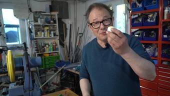 Mit viel Witz und Erfindergeist: Tüftler und Komiker Stefan Heuss präsentiert seine Entwicklung.
