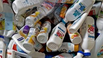 Blick auf eine Sammelstelle für Plastikflaschen.