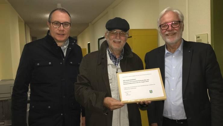 Drei HEV-Vorstandsmitglieder überbringen die Unterschriften: Markus Weiersmüller (FDP), Mitglied des Gemeindeparlamentes, Rechnungsführer Bruno Gächter und Präsident Peter Voser.
