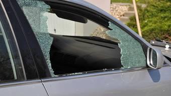 Die Unbekannten schlugen bei parkierten Autos die Seitenscheiben ein. (Symbolbild)