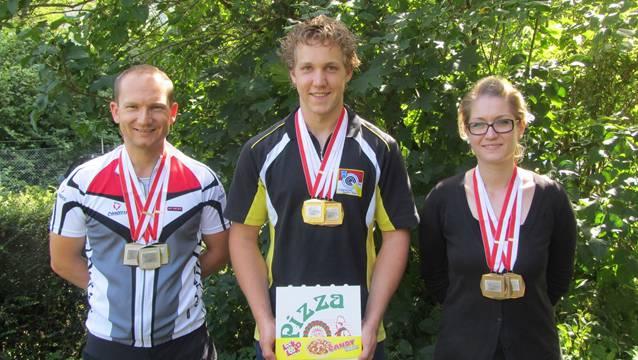 Das Elite-Podest von Trimbach: der Zweitplatzierte Beat Graber, Sieger Jan Lochbihler und Bronze-Gewinnerin Erika Allemann (von links).