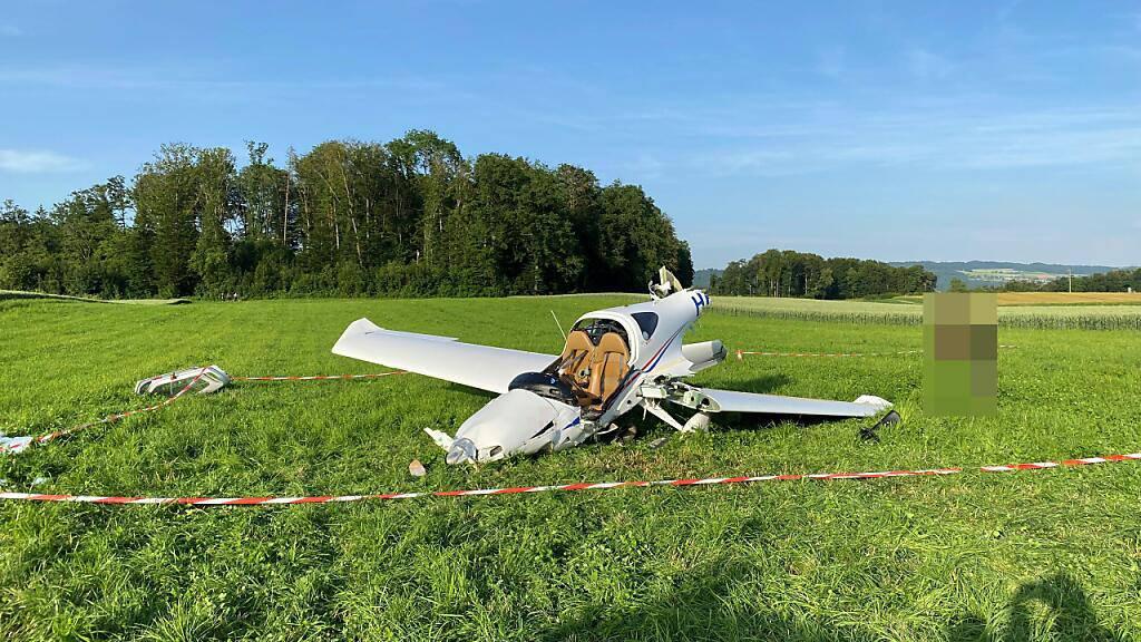 Der 48-jährige Pilot des in Lupfig AG abgestürzten Kleinflugzeugs musste aus dem Wrack gebogen werden.